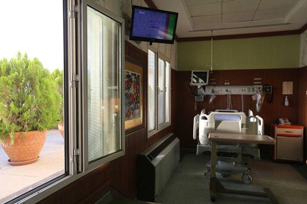 Patient room at Bahman Hospital